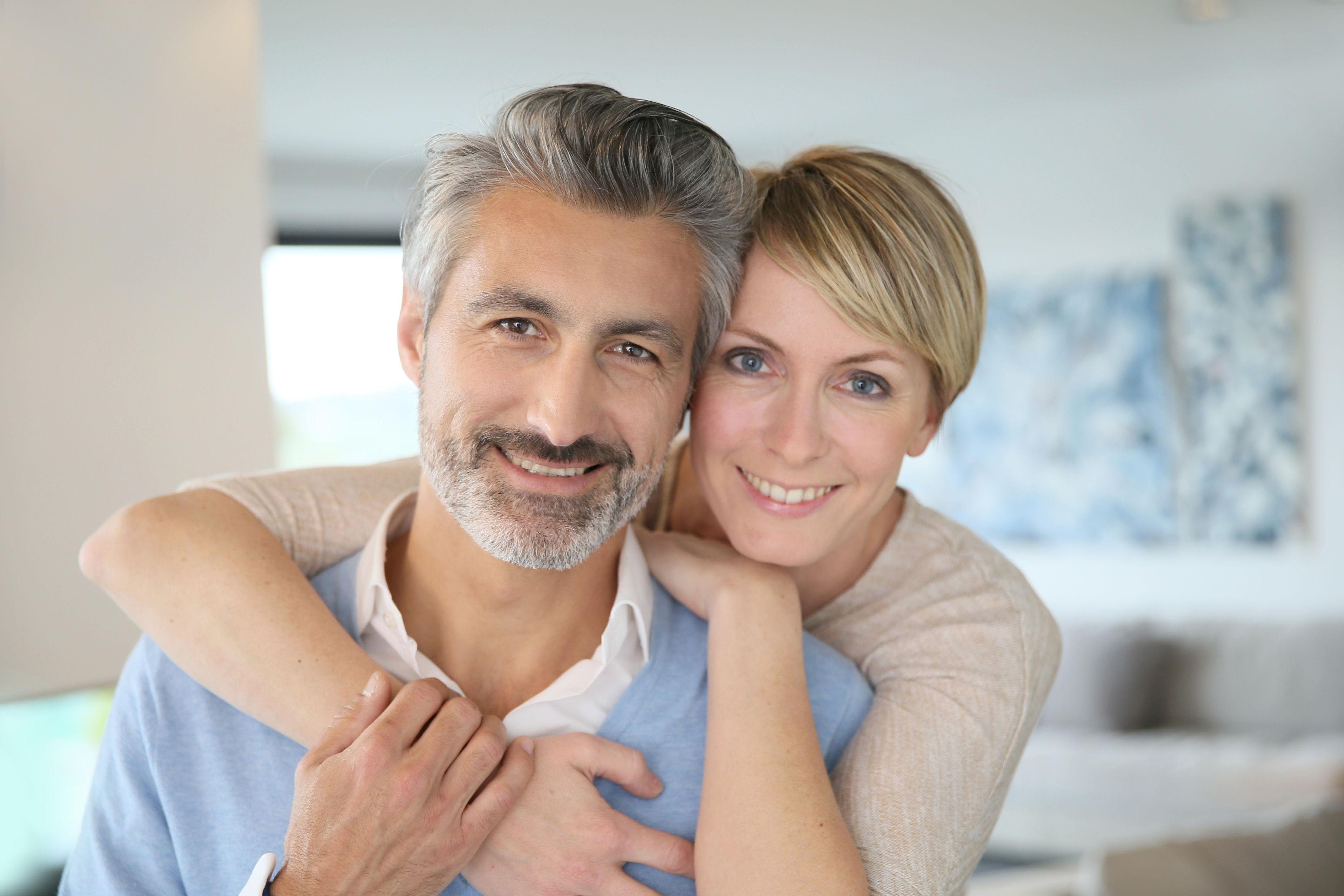 parodontal gesunde Zähne lachendes glückliches Ehepaar