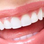 junge Frau mit Lächeln und gesunden Zähnen rote Lippen